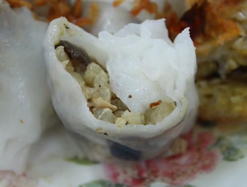 Nhân thịt nạc, nấm hương, mộc nhĩ được cuốn bên trong làm cho món ăn thêm đậm đà và ngon miệng.
