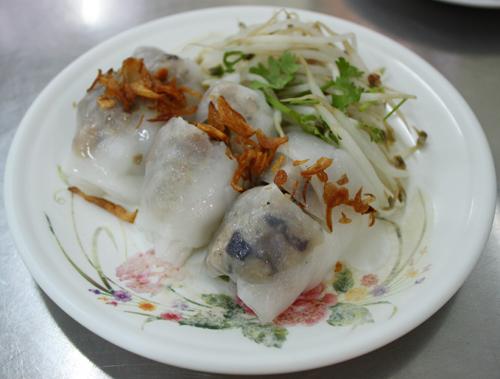Bánh cuốn nóng là món ăn Hà Nội được nhiều người yêu thích.