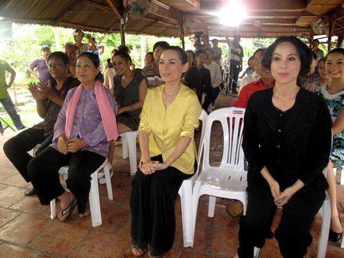 """Phi Nhung (áo vàng) và Hoa hậu Duy Thanh Lập (áo đen) diễn rất """"ngọt"""" các vai người phụ nữ nông thôn quê mùa, chất phác."""