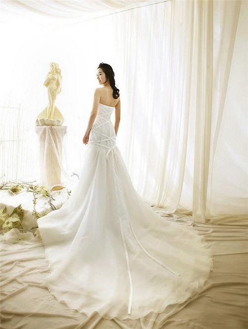 Váy cưới đuôi dài nhìn lung linh nhưng bất tiện khi di chuyển. Ảnh: Dressmanila.