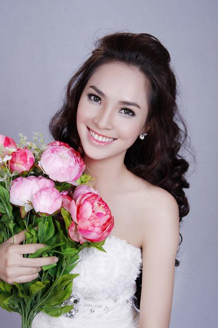 Miss Ngôi sao 2011 Kim Phượng ngọt ngào với đôi môi tô hồng phía trong.