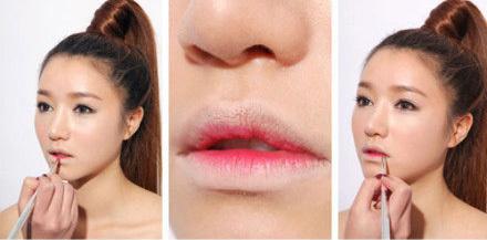 Dùng cọ tô son lip tint (loại son nước) màu hồng hoặc đỏ lên lòng trong của môi