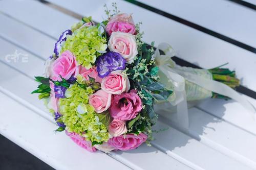 Bó hoa nhiều màu sắc được kết hợp từ hoa hồng, lan tường và cẩm tú cầu.