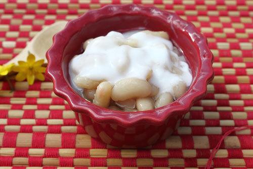 Chè đậu trắng bùi bùi, được chan cùng với nước cốt dừa ăn béo béo