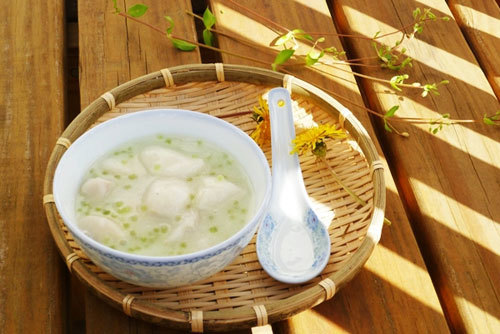 Khoai dẻo bùi, nấu cùng với nước cốt dừa thơm và béo cho bạn một món tráng miệng thật ngon sau bữa cơm gia đình.