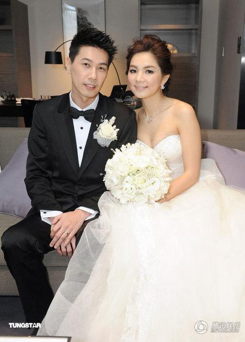 Đám cưới của Ella được tổ chức tại Đài Bắc hôm 5/5 với sự góp mặt của khoảng 500 khách mời, trong đó chủ yếu là bạn bè trong làng giải trí của cô dâu, chú rể.