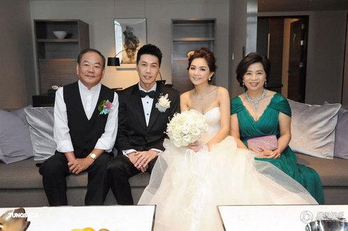 Đôi uyên ương chụp ảnh cùng bố mẹ cô dâu.