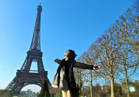 """Lần đầu đi châu Âu, người mẫu Trang """"Lạ"""" đã có dịp sang Pháp."""