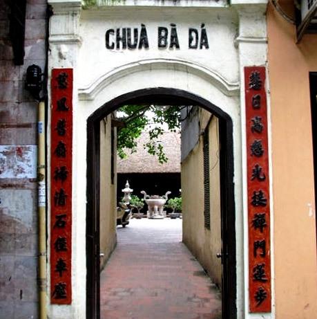 Chùa nằm trên con phố trung tâm của Hà Nội.