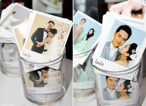 Trên bàn đón tiếp có rất nhiều bức ảnh cưới của Selena và chú rể Richard Chang.