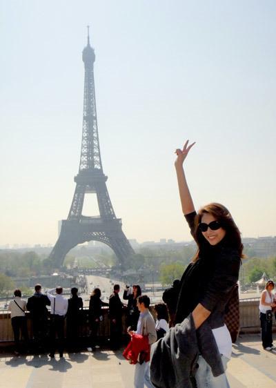 """Tháp Eiffel là điểm """"buộc phải chụp hình"""" cùng của các du khách lần đầu tới Paris. Người mẫu Võ Hoàng Yến hào hứng ghi dấu ấn tại biểu tượng của Paris."""