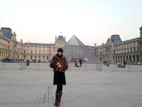 Quán quân Next Top Model Hoàng Thùy tới thăm bảo tàng Louvre.