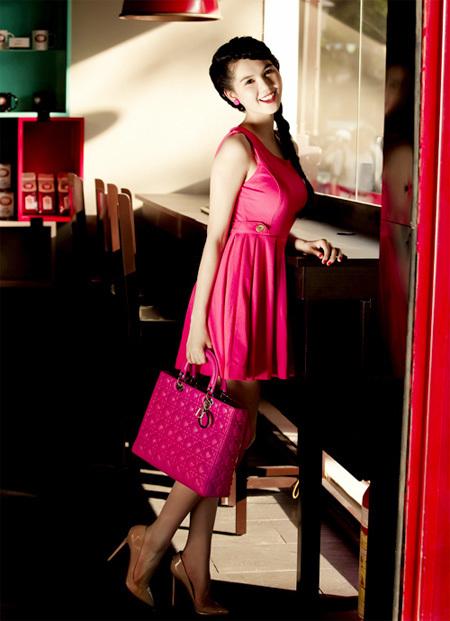 Ngọc Trinh khoe làn da trắng nõn trong chiếc váy hồng, kết hợp túi ton-sur-ton với màu váy.