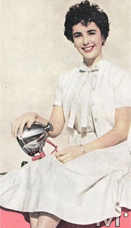 Ngôi sao huyền thoại - ElizabethTaylor với vẻ đẹp tinh khôi trong chiếc váy trắng.