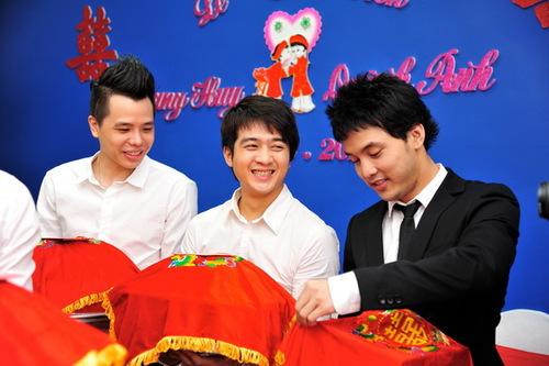 Đoàn nhà trai còn có ca sĩ Trịnh Thăng Bình (trái) và ca sĩ Đinh Ứng Phi Trường, đều là các ca sĩ độc quyền trong công ty của ông bầu Quang Huy.