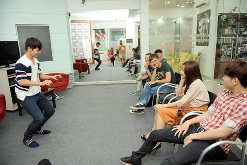 Trong 3 ngày học tập, các thành viên V.Music đã được thầy Travis Aaron hướng dẫn các kỹ năng của nghệ sĩ và cách diễn xuất.