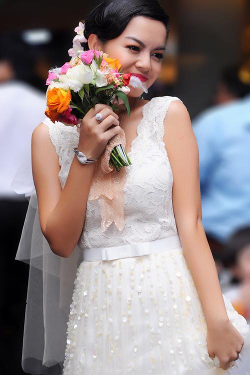 Với chiếc váy ren suông này, Quỳnh Anh dễ dàng đi lại và cảm thấy thoải mái khi đứng đón khách trước khi tiệc cưới diễn ra. Ảnh: Thành Luân.