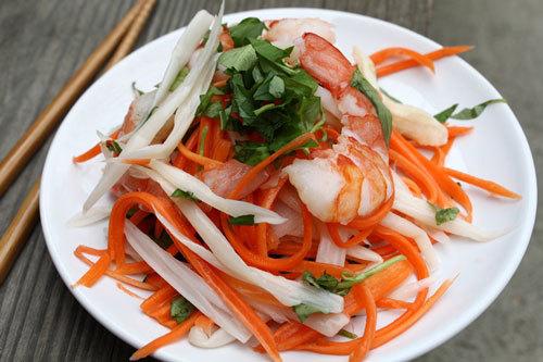 Món nộm ngó sen giòn rụm, trộn cùng với cà rốt, tôm ăn được nhiều mà không biết chán.