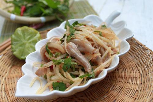 Đu đủ xanh giòn tan, thêm tai lợn sần sật, hòa lẫn với vị cay của ớt, thơm của rau răm, nhâm nhi làm món nhậu ngon tuyệt.