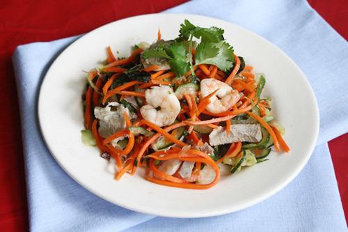 Thỉnh thoảng thêm món nộm vào bữa ăn của gia đình bạn, cà rốt và dưa leo giòn, kèm theo vị hơi chua chua, ngọt ngọt, ăn mãi không chán.