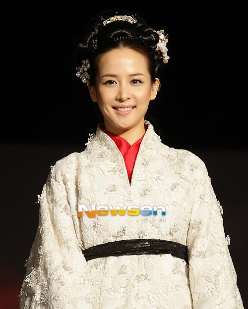 Jo Yeo Jung xinh tươi ra mắt báo giới. Trong phim, cô sẽ thủ vai thiếp của vua - một cô gái có nhan sắc yêu kiều và khiến quân vương mê đắm, nhưng trái tim cô đã trao cho người đàn ông khác...