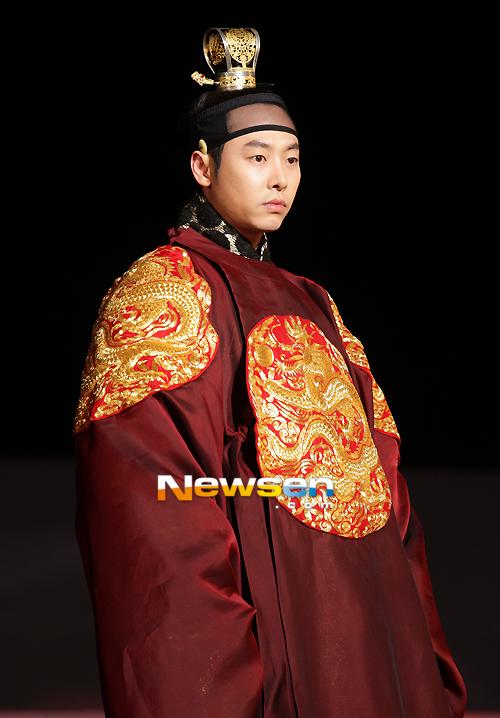 Kim Dong Wook trong vai vị vua