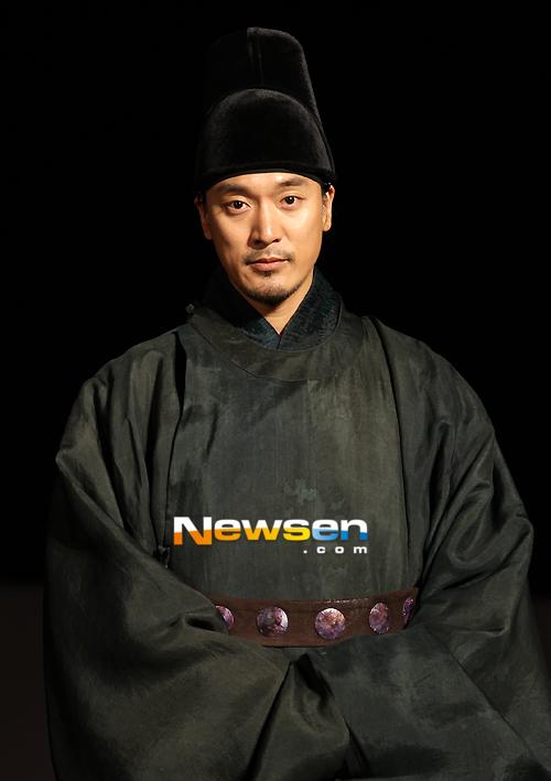 Kim Min Joon, người đàn ông ôm trong lòng mối hận thù với đức vua và luôn tìm cách trả thù...