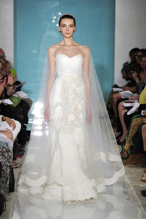 """3. Váy với họa tiết """"khổng lồ"""": Nhiều cô dâu cho rằng, cái gì càng to thì càng đẹp nên họ yêu thích những họa tiết lớn như bông hoa, bèo nhún... Những họa tiết đó được xem là điểm nhấn chính trên chiếc váy cưới, tạo sự khác biệt cho cô dâu."""