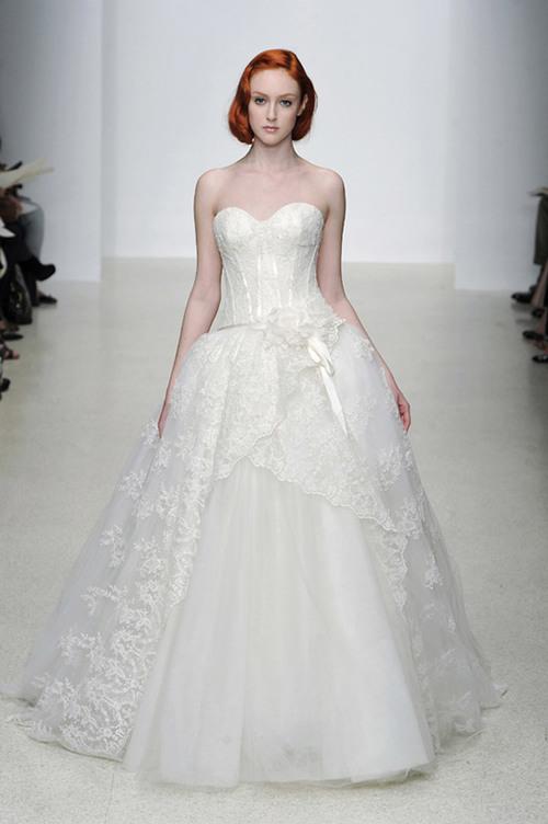 5. Váy ren: Cùng với sự trở lại xu hướng cổ điển, váy cưới ren cũng giành được chỗ đứng tại các đám cưới sang trọng. Hơn một năm kể từ sau đám cưới của Kate Middleton, váy cưới ren vẫn được yêu thích và xuất hiện tại nhiều buổi trình diễn thời trang.