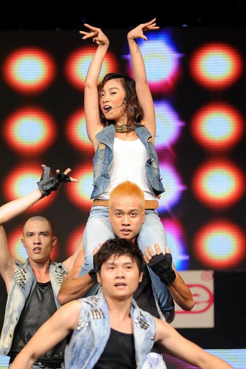 Đoan Trang là gương mặt quen thuộc của chương trình ca nhạc định kỳ hàng tháng này. Mỗi lần xuất hiện, cô đều dàn dựng tiết mục rất công phu.