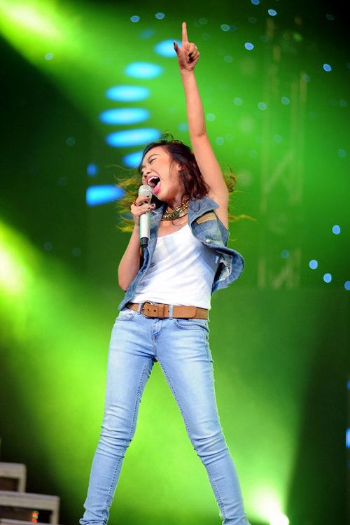 Nữ ca sĩ khuấy động không khí với giọng hát live khỏe khoắn. Cô còn chạy xuống tận phía dưới để giao lưu với khán giả.