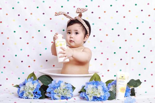 Bé Đỗ Bảo Linh (1/5/2011), nickname: Xíu. Bạn Xíu sắp tròn 1 tuổi, chân tay bạn suốt ngày ngọ nguậy không chịu ngồi yên lúc nào. Tuy nhiên trộm vía bạn rất ngoan và có thể tự chơi được một mình.