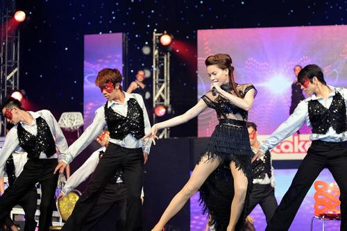 Tối 12/5, Hồ Ngọc Hà bất ngờ xuất hiện trong đêm 'Âm nhạc & Bước nhảy' với chủ đề 'Mùa hè sôi động' tại TP HCM. Ban tổ chức cho biết, Hồ Ngọc Hà là khách mời đặc biệt của chương trình. Cô nhận lời tham gia vào phút chót.