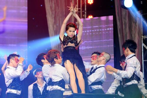 Hồ Ngọc Hà trình diễn hai ca khúc 'Em vẫn muốn yêu anh' và 'Từng ngày dài'.