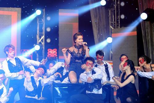 Tuy xuất hiện ở cuối chương trình, nữ ca sĩ vẫn khiến hàng ngàn khán giả 'phát cuồng'.