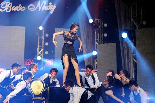 Cô thực hiện nhiều động tác khó và nguy hiểm trên sân khấu.