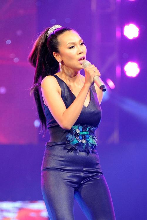 Khánh Ngọc tái xuất sân khấu với ca khúc 'Chỉ mình em bước' theo phong cách R&B. 'Bà mẹ trẻ' gần như lấy lại được vóc dáng như thuở con gái.
