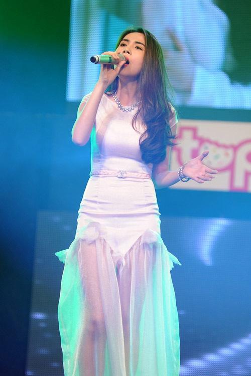 Thủy Tiên xuất hiện ở gần cuối chương trình. Diện đầm trắng, trông nữ ca sĩ đẹp mong manh.