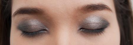 Đừng dùng quá nhiều phấn màu đen vì nó sẽ phản tác dụng, khiến đôi mắt như bị thâm quầng, mệt mỏi