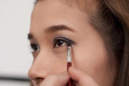 Dặm phấn màu đen lên 1/3 đuôi mắt theo hình chữ V tạo điểm nhấn cho đôi mắt và giúp mắt sâu hơn.
