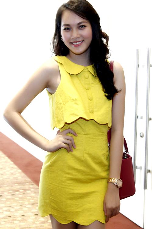 Ngọc Thạch cũng kín đáo nhưng không kém phần bật trong bộ váy vàng.
