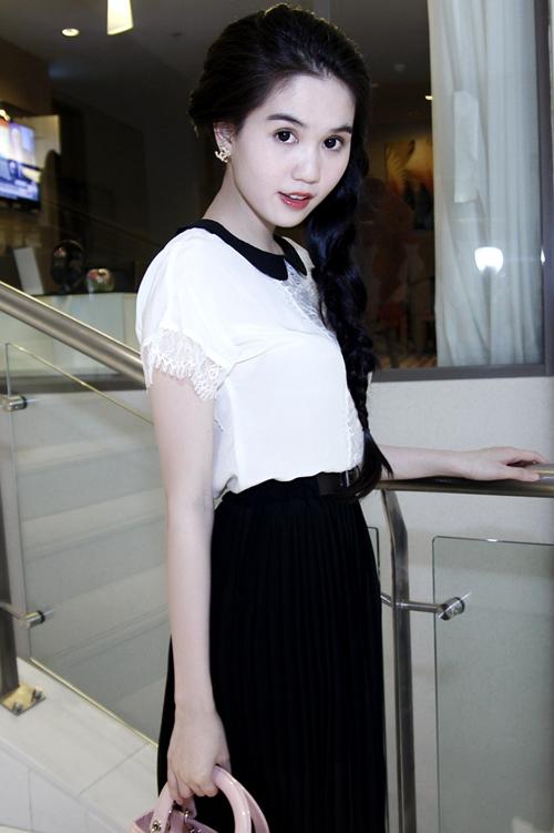 Cô trở thành tâm điểm trong buổi họp báo công bố chương trình 'Đêm hội chân dài 6'. Ngọc Trinh cho biết cô sẽ xuất hiện trong phần mở màn cho sự kiện này.
