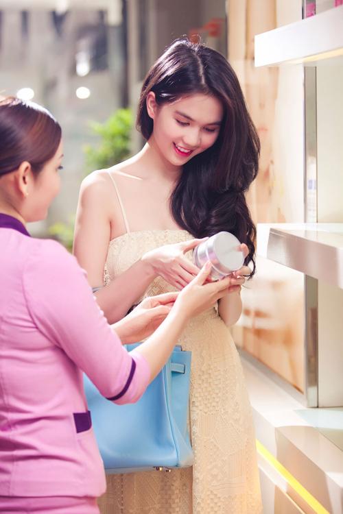 Ngọc Trinh đang nhờ nhân viên tư vấn giúp lựa chọn các sản phẩm chăm sóc da trong mùa hè.