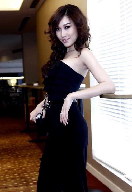 Phạm Anh Thư gợi cảm với váy cúp ngang ngực.