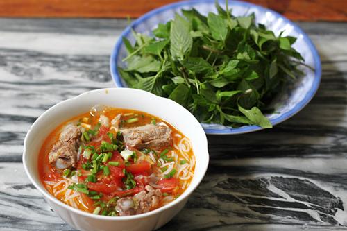 Vào hai ngày cuối tuần rảnh rỗi, đôi khi gia đình bạn không muốn ăn cơm truyền thống như những ngày bình thường khác, bạn có thể đổi món cho cả nhà bằng cách làm món bún sườn hầm đơn giản mà ngon miệng.