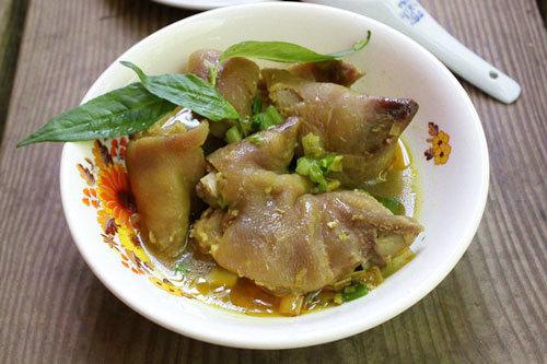 Bát móng giò được ninh nhừ, thịt mềm thơm thơm mùi riềng mẻ đặc trưng ăn cùng với bún là hợp nhất.