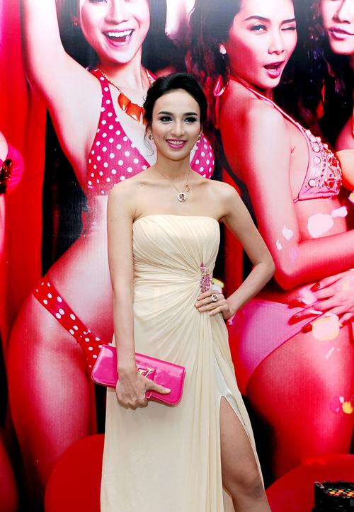 Hoa hậu Du lịch Ngọc Diễm khoe vai trần gợi cảm.