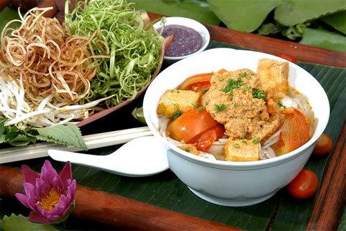 Riêu cua không chỉ được ăn kèm với bún và các loại rau mà còn có thể làm canh trong bữa cơm. Hãy thay đổi khẩu vị cho gia đình của bạn vào ngày cuối tuần với món ăn ngon này.
