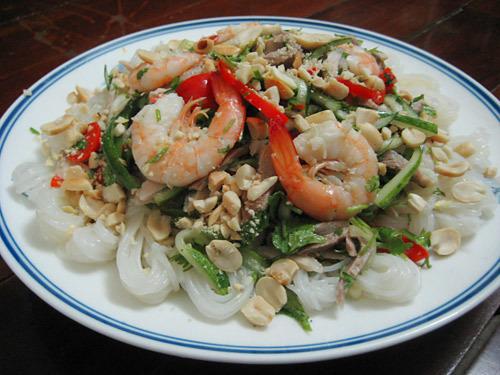 Từng cuộn bún khô nhỏ xinh khiến món salad quen thuộc trở nên mới lạ.