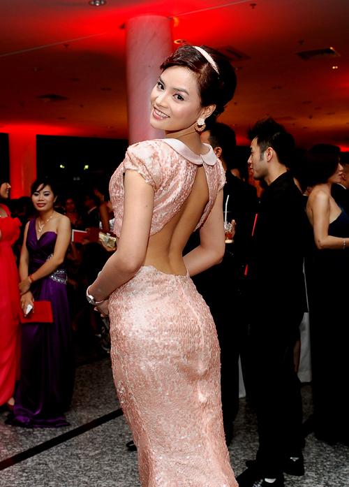 Chiếc váy mang phong cách vintage cổ điển nhưng vẫn rất lộng lẫy gợi cảm với thiết kế hở eo và xẻ lưng, khoe vai trần.